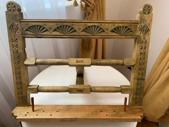 suport de carte sculptat in lemn de tei