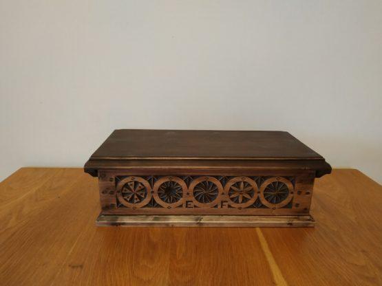Cutie sculptata in lemn de tei